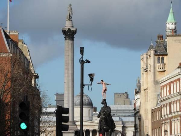 Homem nu escala estátua e causa espanto no centro de Londres