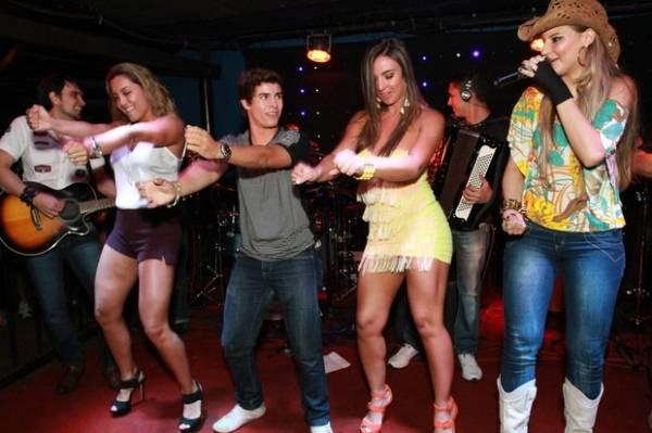 Nicole Bahls e ex-sister Lia se esbaldam em palco de boate no Rio