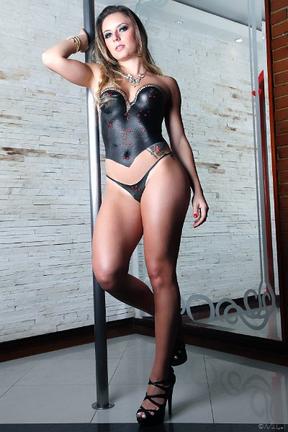 Candidata do Piauí ao Miss Bumbum posa nua, com o corpo pintado