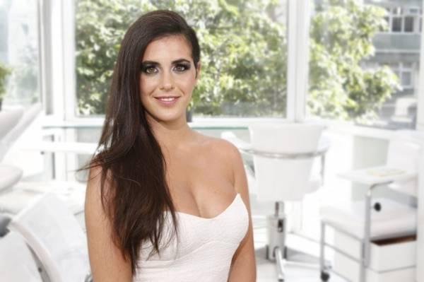 Ex-BBB Noemí aposta em visual liso e make poderoso em dia de beleza