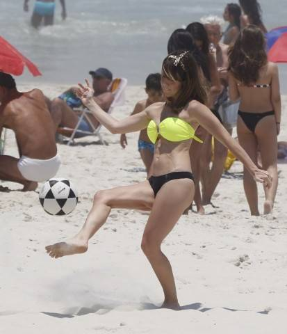 Fernanda Pontes joga bola e mostra boa forma na praia