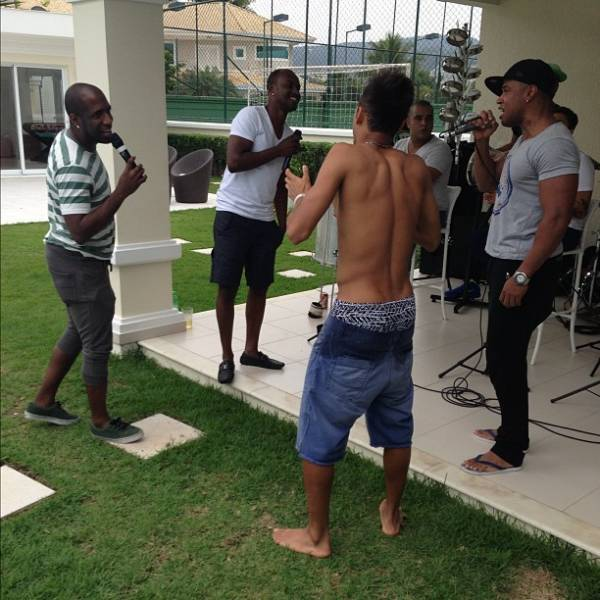 Neymar curte o sábado com a ex e o filho, em pagode com Thiaguinho