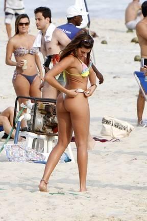 Renata Molinaro toma banho de chuveirinho e exibe corpão em praia