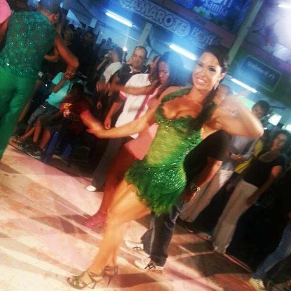 Gracyanne Barbosa ousa no decote e cai no samba