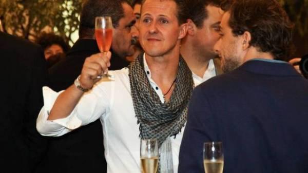 Na véspera da despedida, Michael Schumacher brinda com champanhe em coquetel