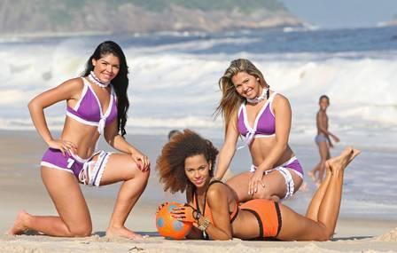 Partida de Lingerie Soccer agita praia com 24 gatas cariocas