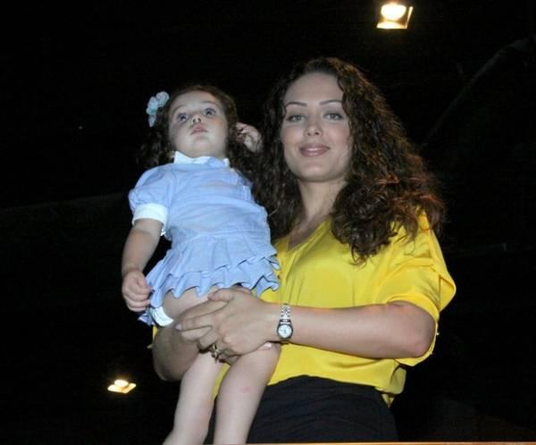Paula Fernandes usa vestido com fenda até a cintura em show