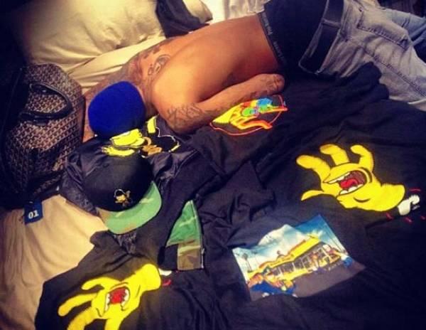 Rihanna publica foto de Chris Brown, sem camisa, em seu quarto