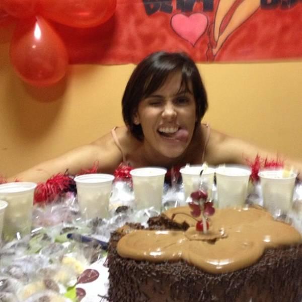 Deborah Secco ganha bolo de aniversário em bastidores de gravação