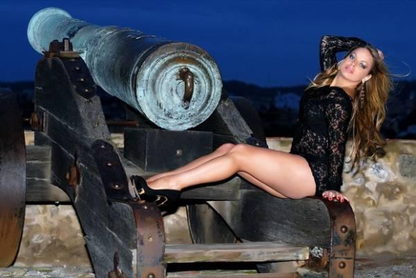 Peladona de Congonhas posa sentada em canhão em Portugal