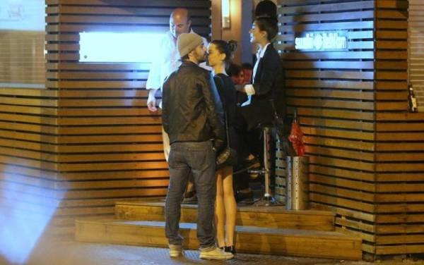 Alinne Moraes troca carinhos o amado na saída de restaurante