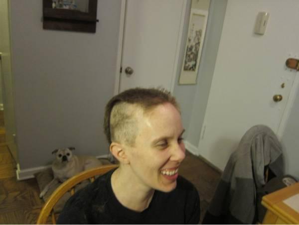 Marido raspa cabeça em apoio a mulher com câncer e comove na web