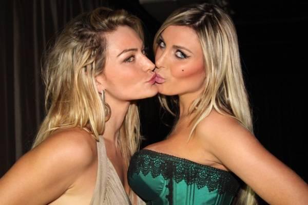 Andressa Urach e ex-Mulher Múmia dão selinho em festa
