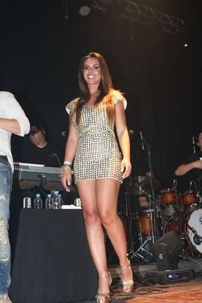 De vestido curtinho, Nicole Bahls quase mostra demais no palco