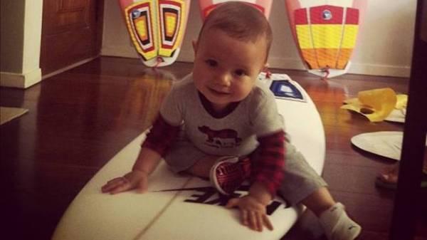 Filho de Luana Piovani e Pedro Scooby posa com prancha de surf