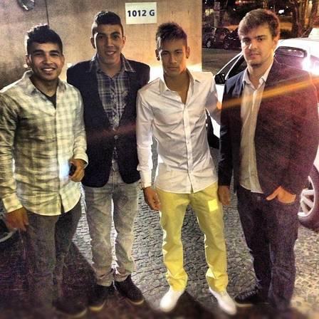 Neymar vai a gravação do SHow da Virada e tieta Cláudia Leite