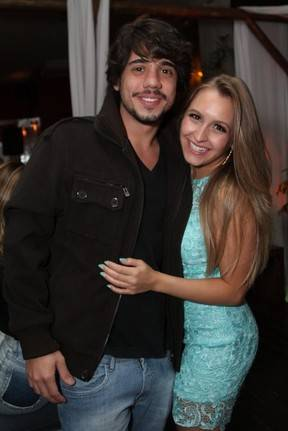 Pérola Faria escolhe look curtinho para ir à festa de Carla Diaz