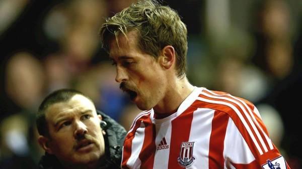 Peter Crouch perde três dentes após choque com zagueiro do Newcastle