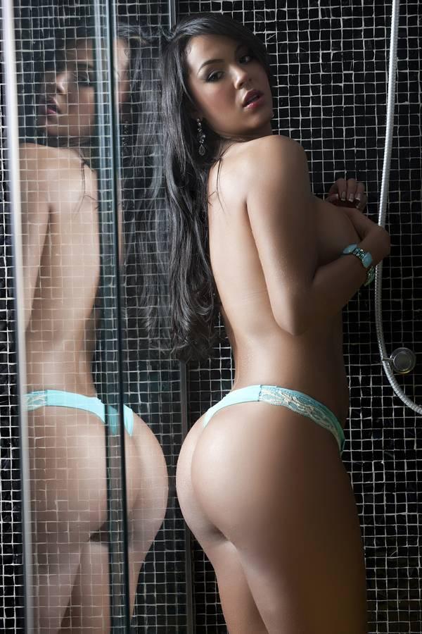 Primeiro lugar em pré-votação do Miss Bumbum, modelo posa sexy