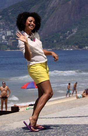 Sheron Menezzes grava comercial de sandálias no Rio