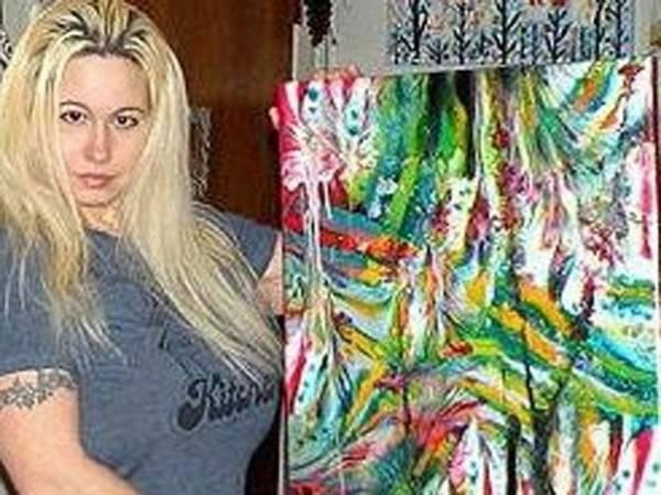 Artistas chamam atenção ao usar seios para pintar quadros