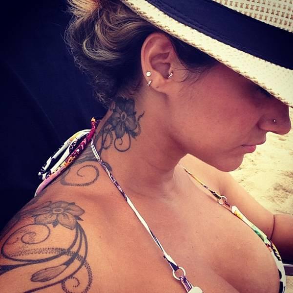 Em foto de biquíni, Kelly Key exibe imensa tatuagem