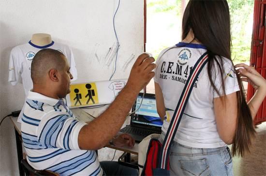 Escola põe chip em uniforme para pai monitorar estudante