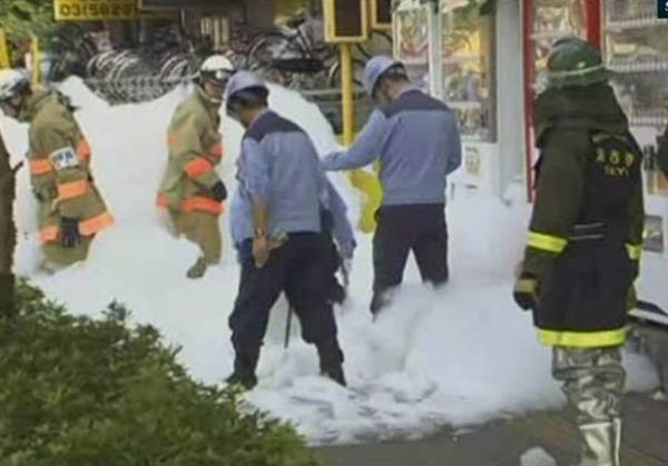 Espuma de extintor se espalha por rua após acidente no Japão