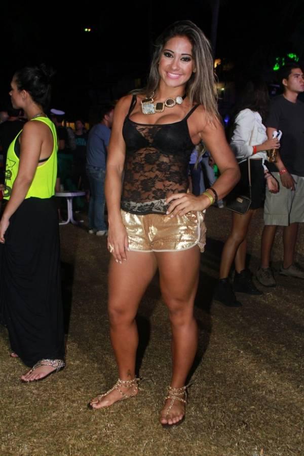 Mayra Cardi curte festa com short dourado e blusa transparente