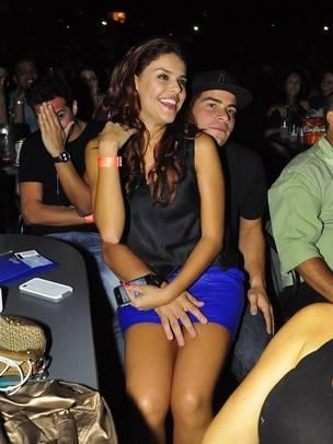 Paloma Bernardi assiste show sentada no colo de Thiago Martins