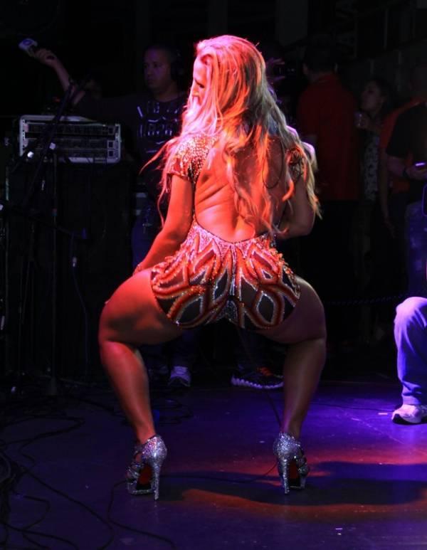 Vivi Araújo dá canja em show de Popozuda na quadra do Salgueiro