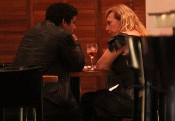Arlete Salles curte jantar com namorado 42 anos mais novo
