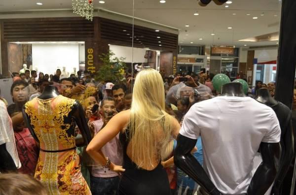 Aryane Steinkopf embarca de microshort em aeroporto do Rio