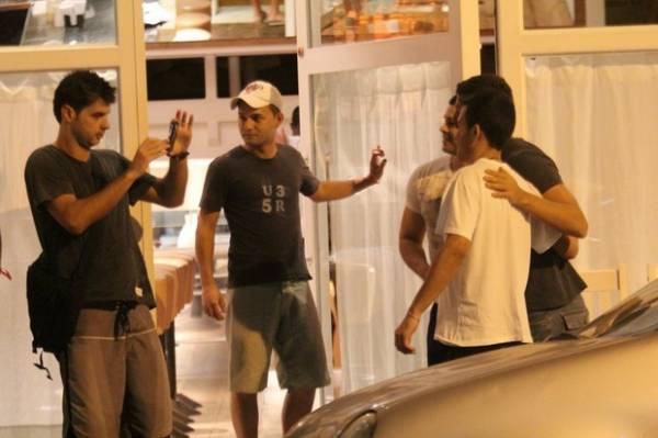 Ator Cauã Reymond curte balada na noite com os amigos