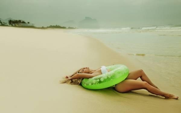 Em clima de praia, ex-BBB Renatinha faz ensaio sensual para revista