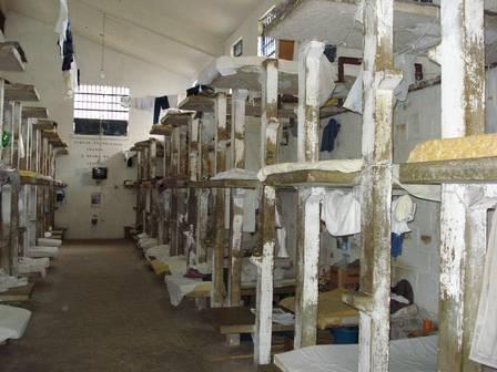 Inspeção mostra diferença entre celas para presos comuns e PMs