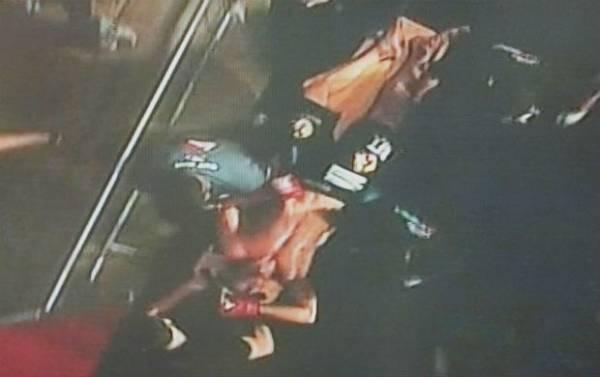 Lutador sai na maca após levar golpe ilegal em evento de MMA