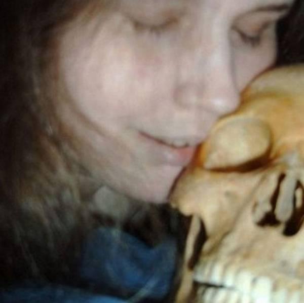 Mulher acusada de ter feito sexo com esqueleto deixa a cadeia na Suécia