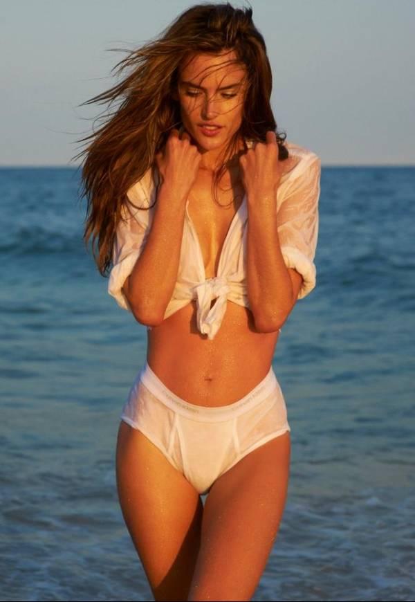 Na praia, Alessandra Ambrósio posa de cueca para revista
