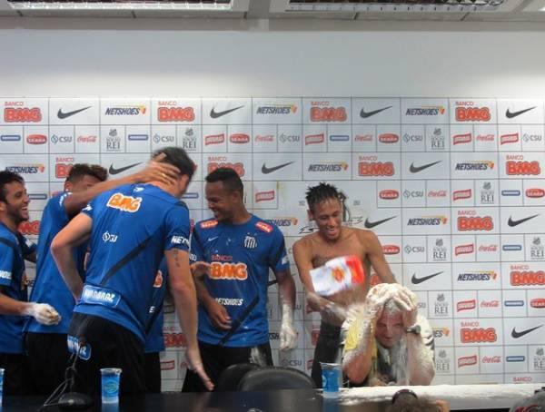 Neymar comanda santistas em ovada por aniversário de Muricy Ramalho
