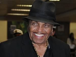 Pai de Michael Jackson passa bem após sofrer AVC