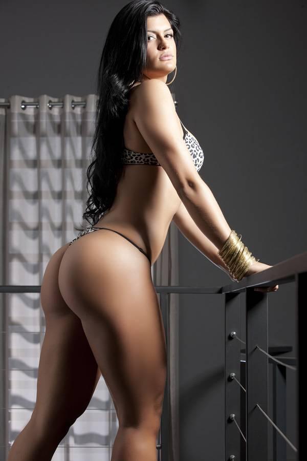 Candidata de SP do Miss Bumbum faz topless em ensaio