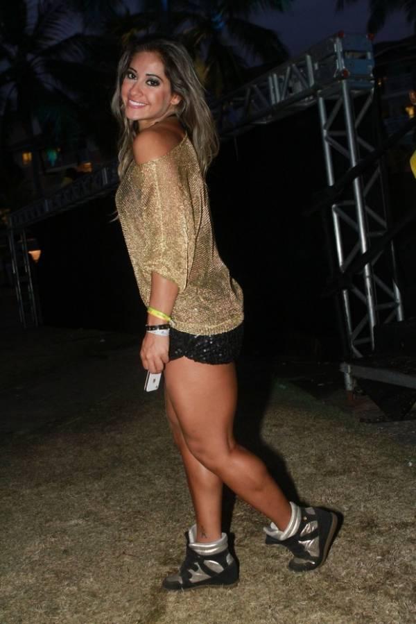 Mayra Cardi vai- de novo!- a show com shortinho e blusa transparente