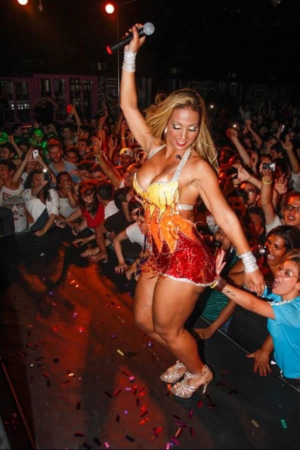 Valesca Popozuda mostra dobrinha do bumbum e leva apalpada em show