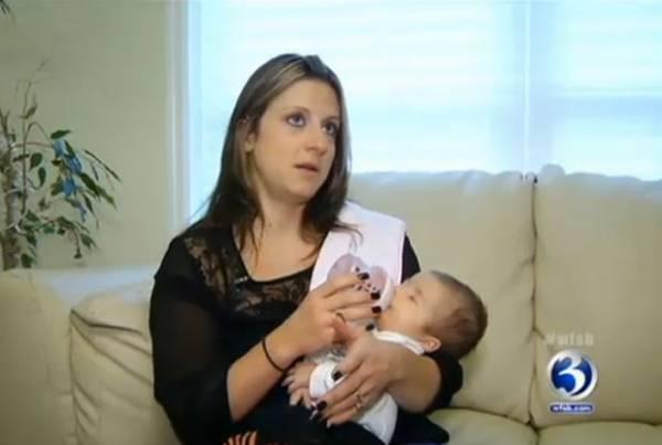 Cachorro acorda dona para avisar que bebê não está respirando e salva a vida dele