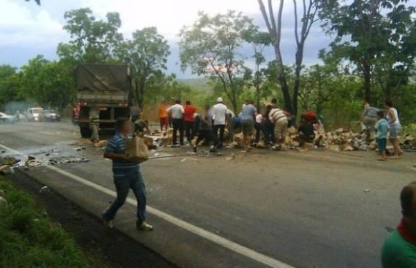 Caminhão de bebidas é saqueado após acidente