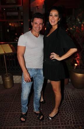 De vestido curto, Helen Ganzarolli janta com namorado sertanejo