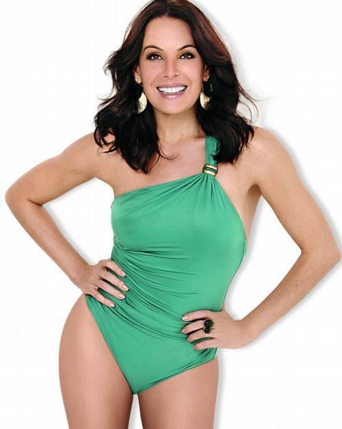 Aos 44 anos, Carolina Ferraz conta que mantém  o corpão dançando