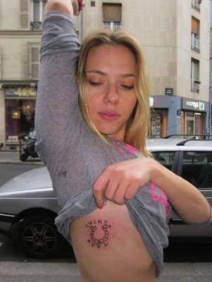 Após fim de namoro, Scarlett Johansson exibe tatuagem: