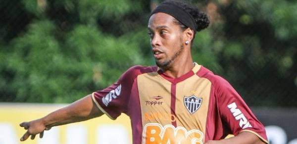 Atlético-MG está disposto a triplicar atual salário para manter Ronaldinho em 2013